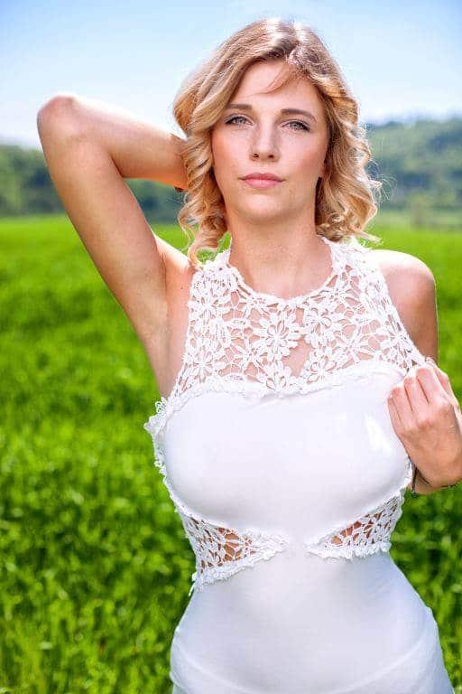 Brautmode Shooting in der grünen natur